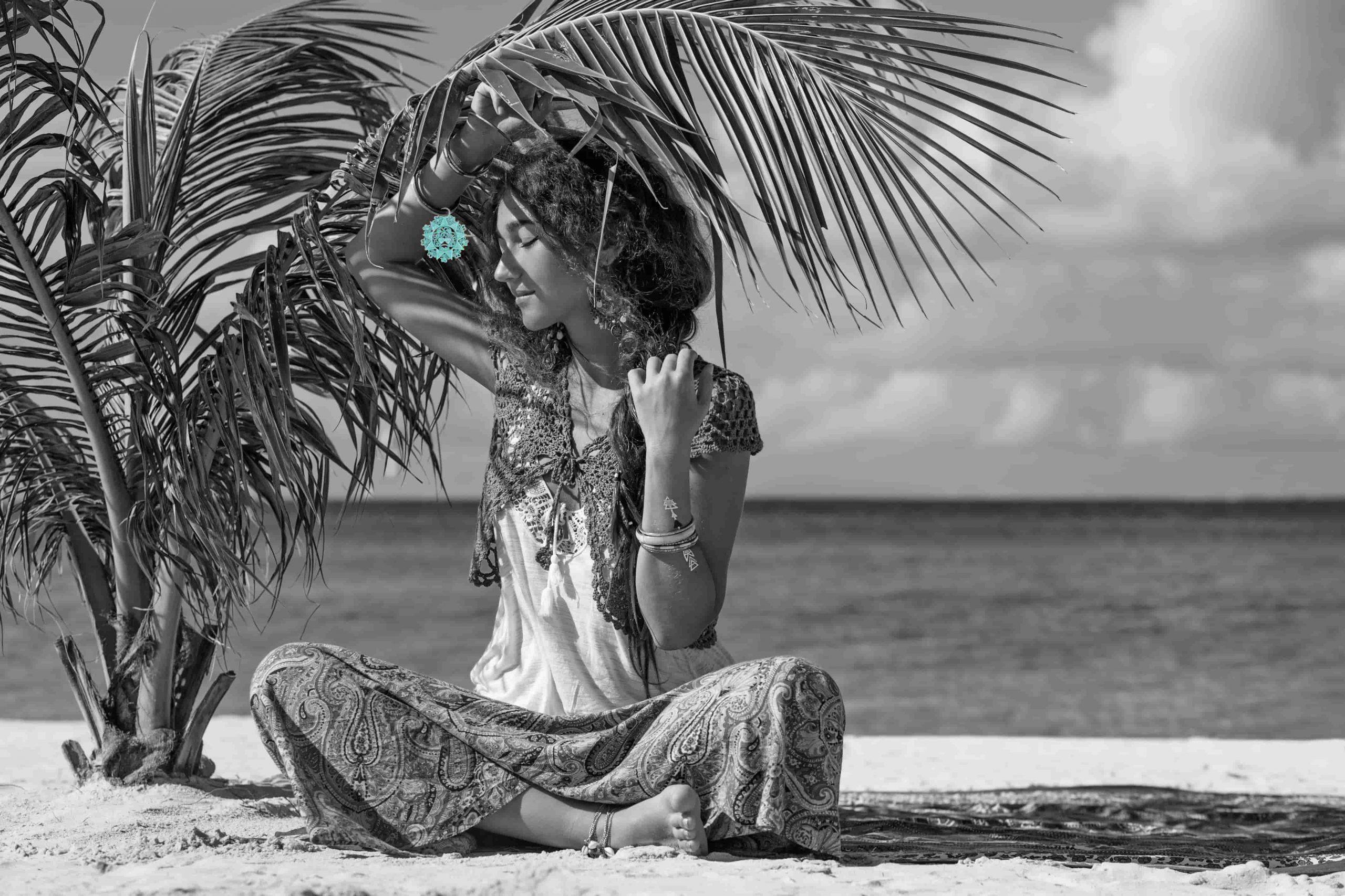 Donna seduta che indossa un gioiello abruzzese per eccellenza, la Presentosa