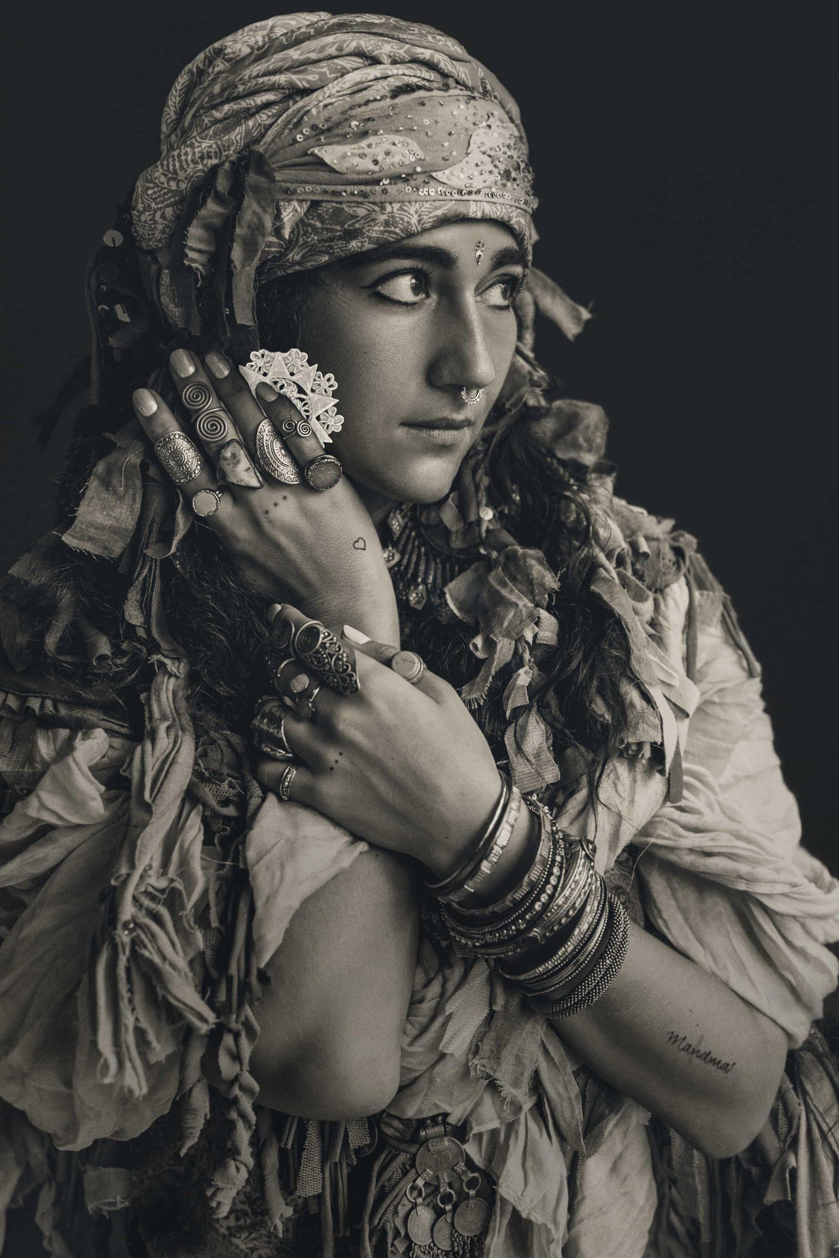 Donna che indossa un gioiello abruzzese per eccellenza, la Presentosa